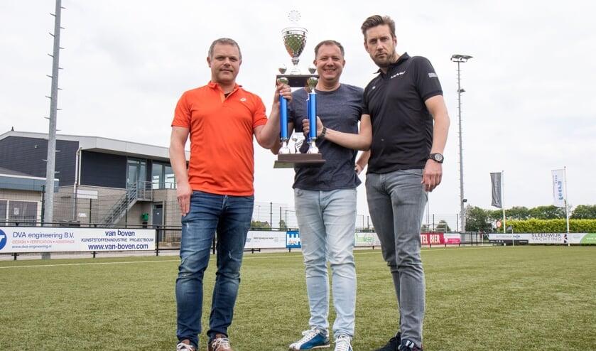 • De sponsors van de Regio-Voetbal Toernooien met de EM Cup.