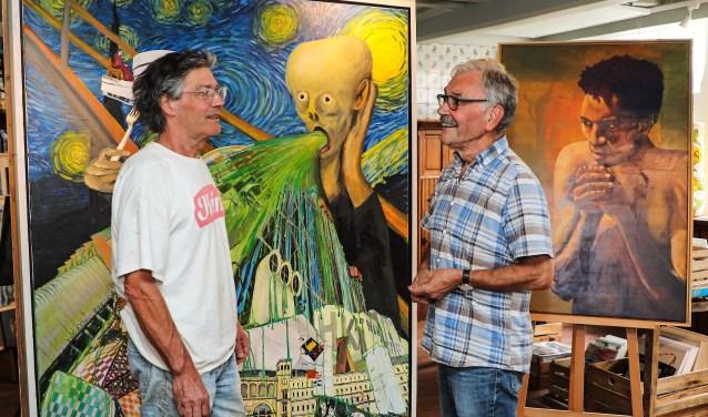 • Joris Baudoin (l) en Kees Habraken in Markt Twee met elkaar in gesprek over hun schilderijen.