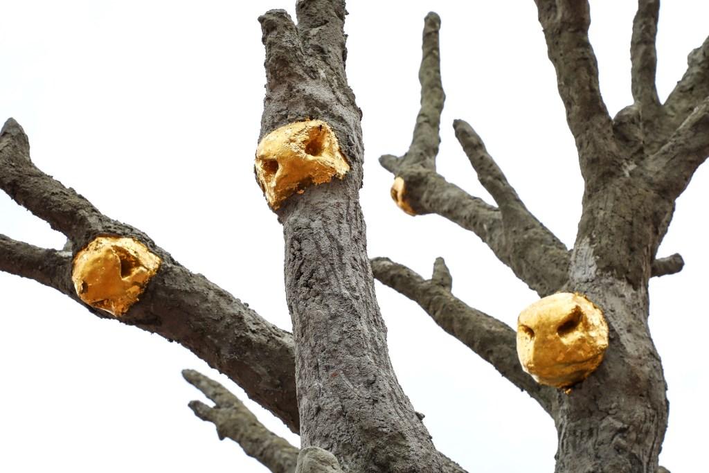 • In de boom zijn gouden koeienneuzen bevestigd. Foto: Lya Cattel © Bommelerwaard