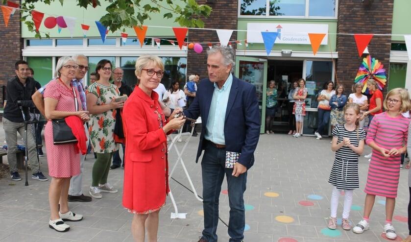 Jan Molenaar (ad.int.) overhandigt de sleutel aan Helene Maliepaard.