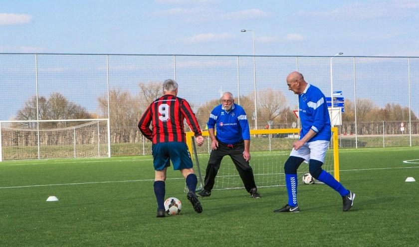 • Walking Football wordt steeds vaker beoefend.
