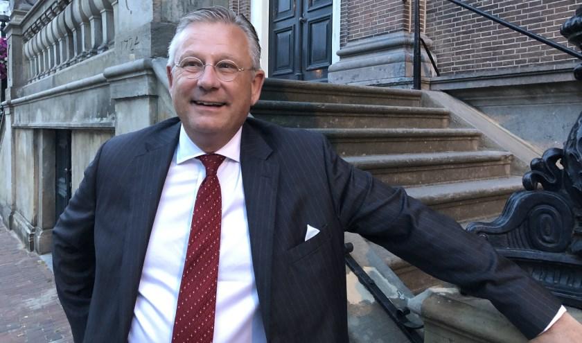 Pieter van Maaren poseert voor het oude stadhuis op de Markt, terwijl de gemeenteraad binnen de Perspectiefnota 2020 zo snel mogelijk probeert af te ronden.