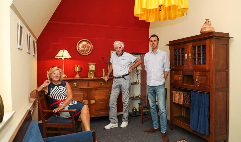 • Conservator Roland Gieles (r) van Museum Stadskasteel met voorzitter Hans de Wit en bestuurslid Miranda Koorn  van Cultuurfestival Bommelerwaard in de Art Nouveau woonkamer.