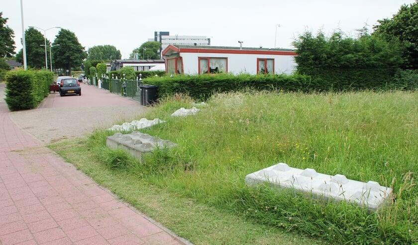 • De betonblokken langs het woonwagenkampement aan de Randweg.