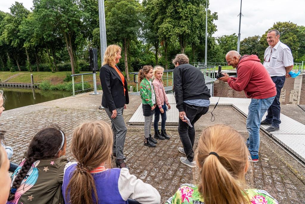 Onthulling nieuw verkeersbord in de Grote Sluis Vianen Foto: Nico Van Ganzewinkel © Vianen