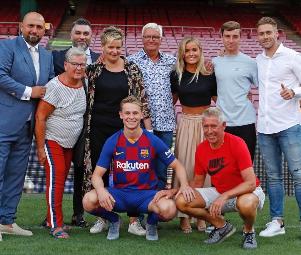 • Frenkie de Jong met zijn familie in Camp Nou. Foto: Privéfoto © Alblasserwaard