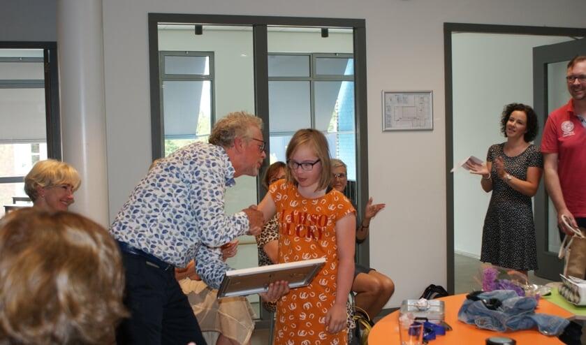 • Laura en haar ouders reiken de Passend Onderwijs Pluim uit aan De Morgenster.