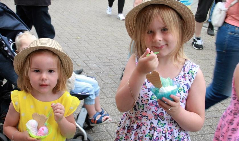 • Kinderen genieten van een verkoelend ijsje tijdens de Alblasserdamse paardenmarkt in 2016.