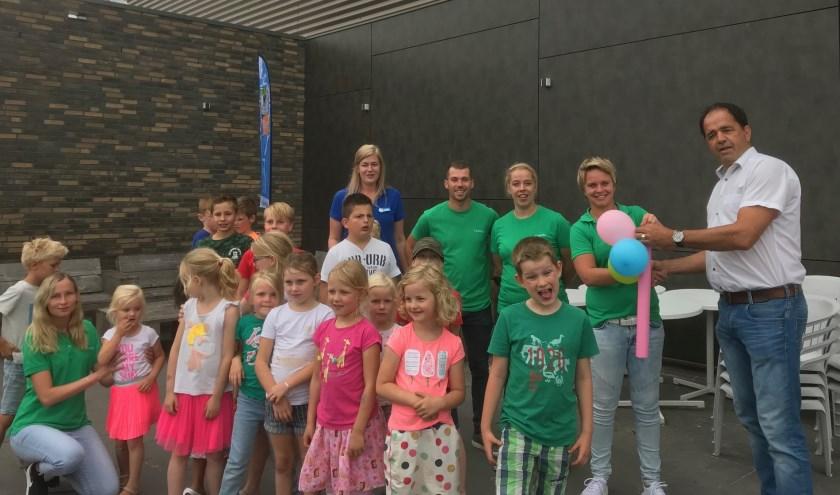 • Arjan de Jonge, voorzitter C.K.C. Kinderdijk overhandigt de sleutel aan Wasko's Sport BSO en wenst de kinderen veel sport- en spelplezier tijdens de zomervakantie.