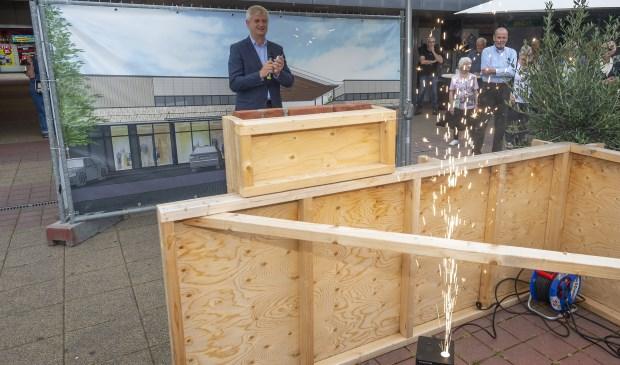 • Wethouder Anthon Timm gaf het startschot voor de renovatie van winkelcentrum De Korf.  Foto: wijntjesfotografie.nl © Krimpenerwaard