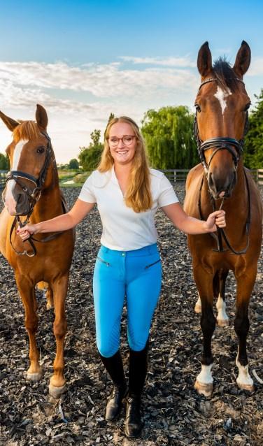 • De Ammerstolse Janneke de Vries tussen haar pony Maxima (links) en haar paard Joker.