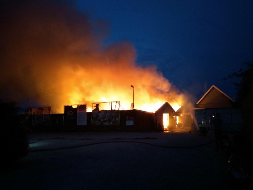 • Grote uitslaande brand bij Bas van Zessen in Brandwijk. Foto: Willem de Wolf (ZHZ Actueel) © Alblasserwaard