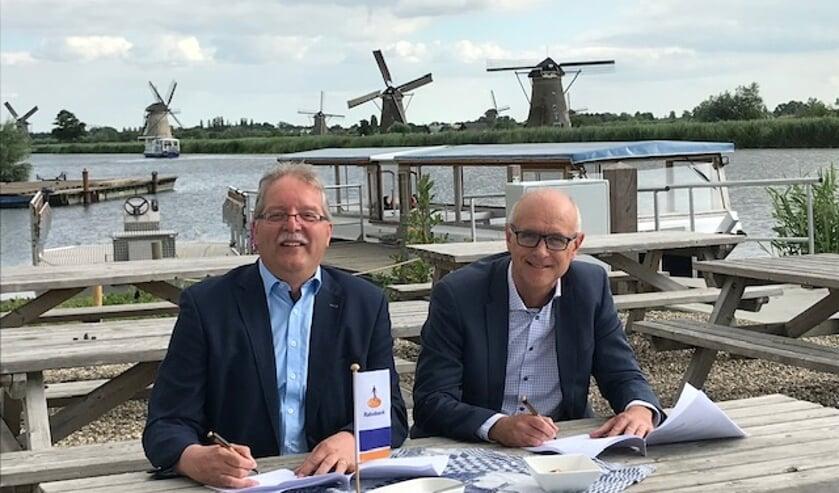 • Cees van der Vlist (links) en Martijn Spijk tijdens de ondertekening.