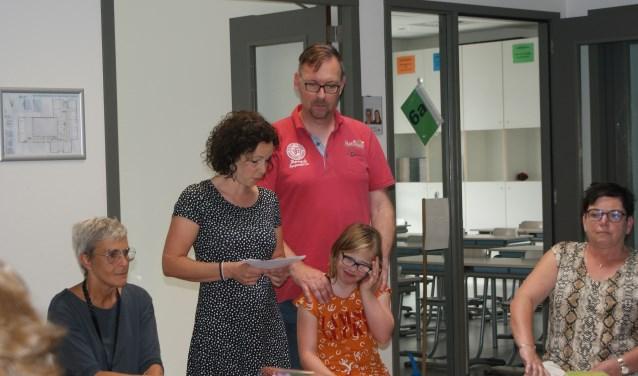 • Laura en haar ouders reiken de Passend Onderwijs Pluim uit aan De Morgenster. Foto: Marjo van Andel-van 't Hoff © Heusden en Altena