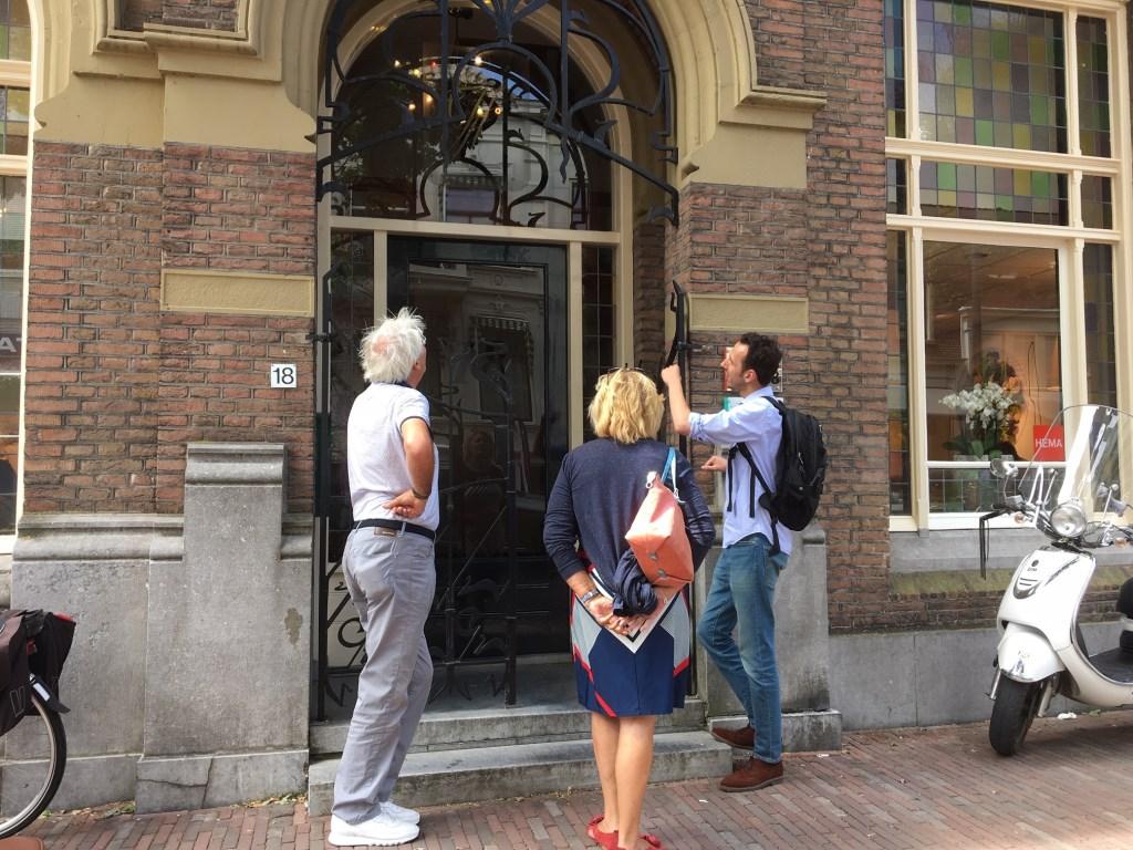 • Conservator Roland Gieles van het Stadskasteel wijst Hans de Wit van Miranda Koorn (bestuur Cultuurfestival Bommelerwaard) op Art Nouveau details. Foto: Britta Alink © Bommelerwaard