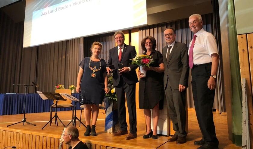 • Cor Gersen (tweede van links) en zijn vrouw (midden) tussen de hoogwaardigheidsbekleders.