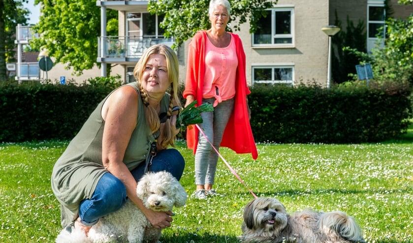 • Jolanda Suur (l) samen met haar buurvrouw Emmy Guijt en honden.