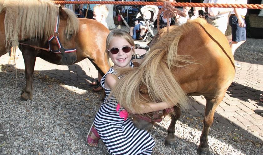 • Knuffelen met een pony, dat is waarvoor dit meisje naar de markt ging.