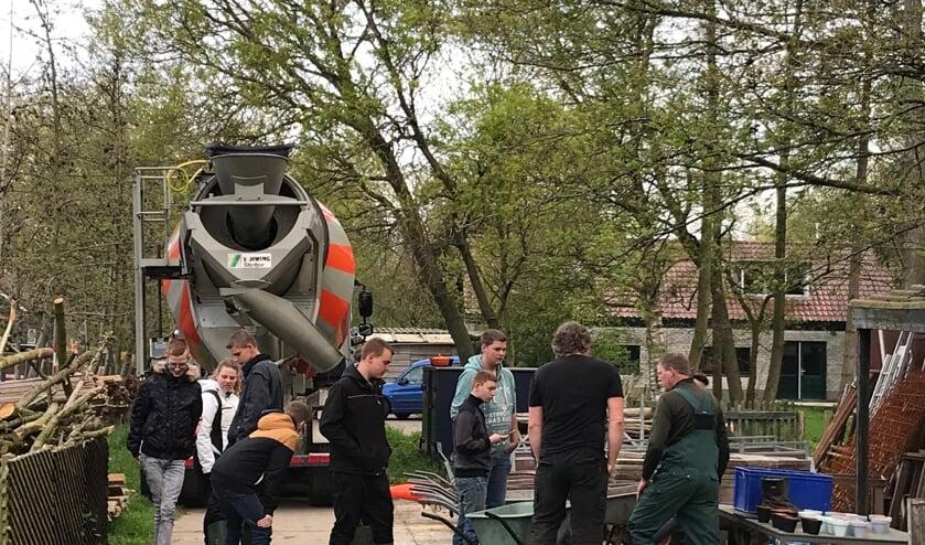 leerlingen van het Wellant college hebben een betonnen vloer gestort op het land van remus in groot-ammers