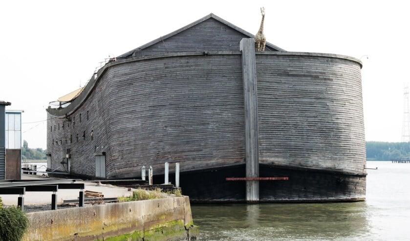 • De replica van de Ark van Noach ligt aan de kade van het voormalige Hollandiaterrein in de Krimpense Stormpolder.