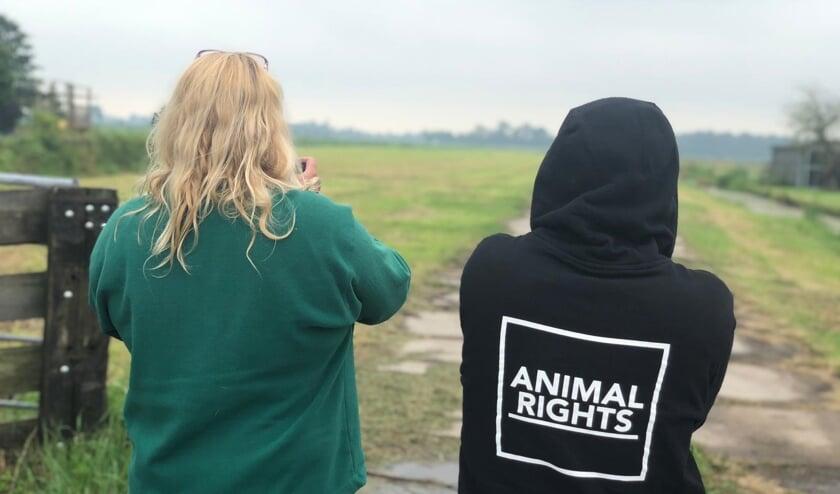 • Saskia van Rooy (links) met één van de actievoerders.