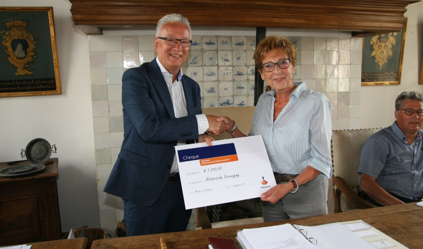 Historische Vereniging Ameide en Tienhoven ontvangt een cheque van 1.200 euro van het Coöperatiefonds van de Rabobank Alblasserwaard Vijfheerenlanden.