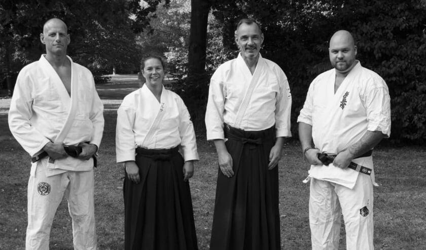 • Ilse en Anton met het bestuur van Budocentrum Sliedrecht.