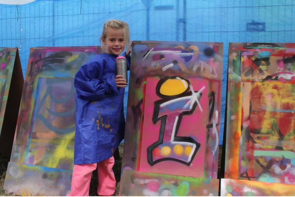 • Een graffitikunstwerk maken met de eerste letter van je naam, hoe stoer is dat? Foto: Janneke Boogaard © Bommelerwaard