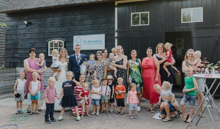 Juf Anouk trouwt en daarom is het feest bij De Boerderij in Bleskensgraaf.
