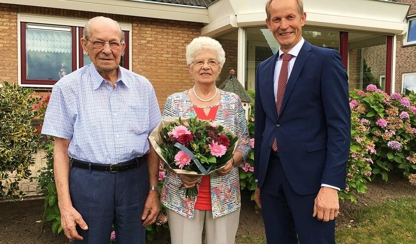 • Echtpaar Van der Hoeven met locoburgemeester Slob.