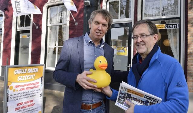 Adrie Neervoort (links) ontvangt de Lucky Duck XL van Henk Achten  | Fotonummer: d6e84b