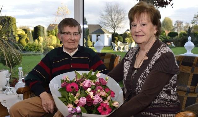 Leo en Mien Donkers met het boeket bloemen van Le Soleil  | Fotonummer: d2e403