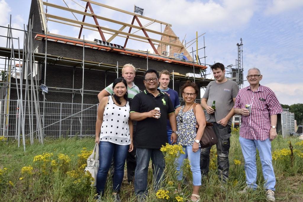 Familie van der Veen samen met de bouwers voor hun huis in aanbouw  | Fotonummer: d1034e