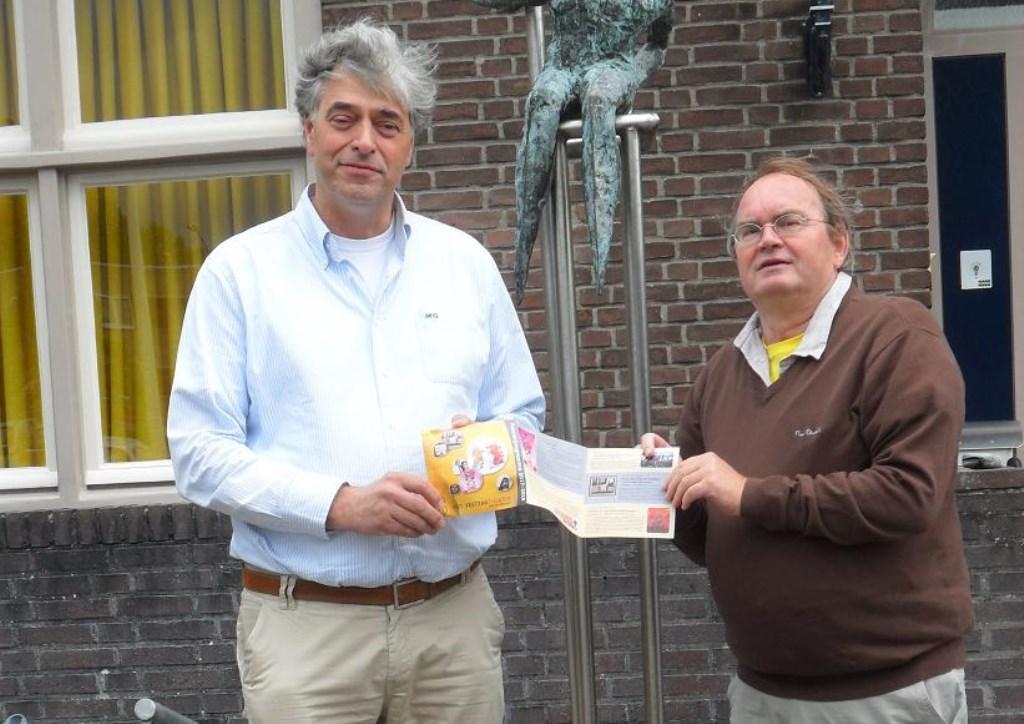 Wethouder Visser (links ontvangt asl eerste het nieuwe programma van het Vestzaktheater uit handen van Ad Louwers.  | Fotonummer: 74d514