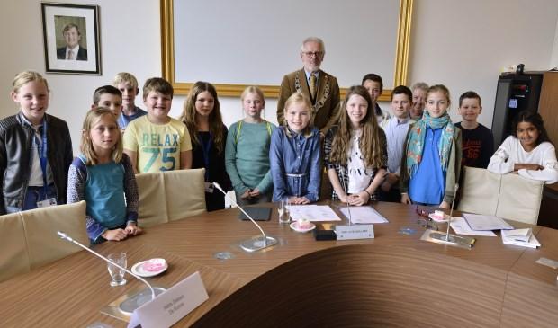 De nieuwe jeugdgemeenteraadsleden en burgemeester Gaillard  | Fotonummer: 7f8964