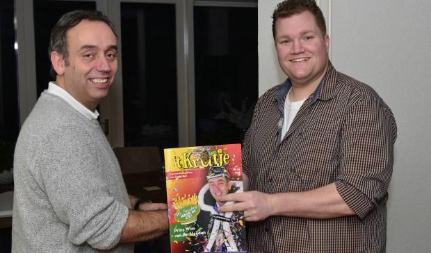 Prins Wim (links) krijgt het eerste exemplaar van Flip Spooren  | Fotonummer: d4daa7