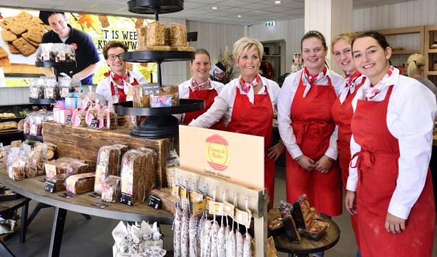 Yvonne Maas in het midden met haar team, Sandra, Wilma, Jolanda, Lotte en Amy   | Fotonummer: 7fb4f2