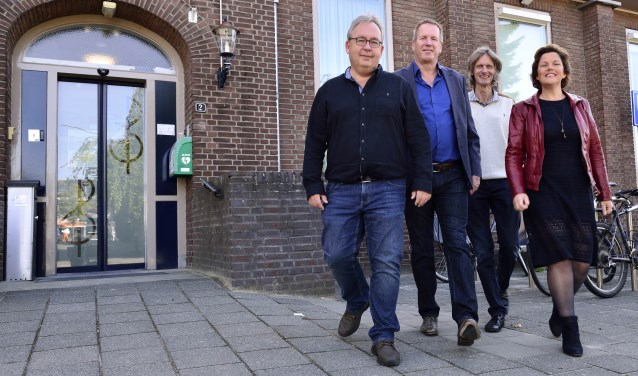 (vlnr) Maurice Peters, Roland de Waal (secretaris), Maarten van Beek en Ingrid van Kronenburg (voorzitter),    | Fotonummer: 14ddbe