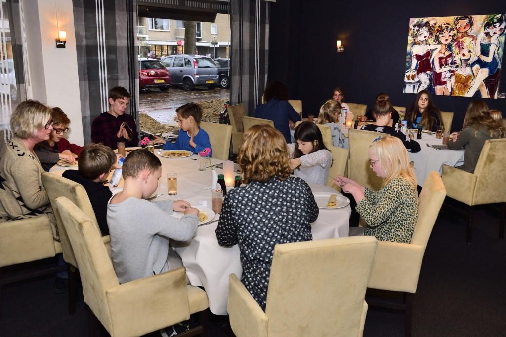 De gasten aan tafel bij restaurant 't Kleijn Geluck Foto: Wil Feijen © DeMooiSonenBreugelKrant