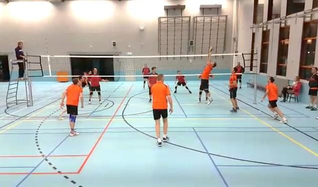 Archief foto van het volleybalteam in actie in De Landing  | Fotonummer: e0a967
