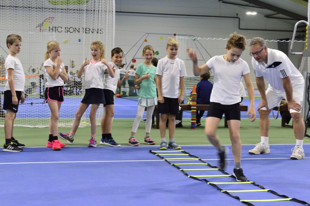 Schooltennis  bij HTC Son Tennis! Foto: Wil Feijen © DeMooiSonenBreugelKrant