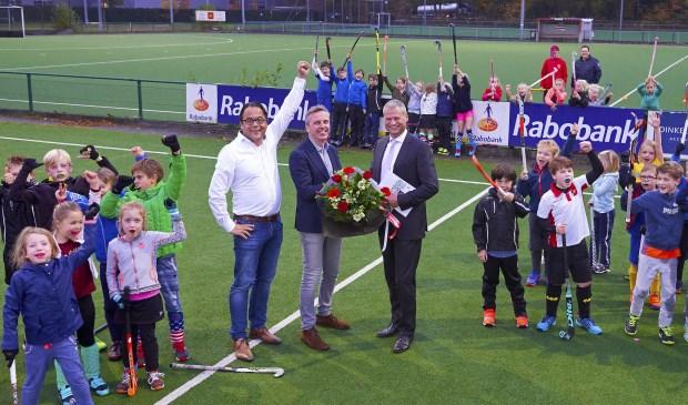 Maarten Plasmans, Erik van de Vijver en Remco Kuipéri (rechts) vieren met de jeugd van HTC hockey het nieuwe sponsorcontract   | Fotonummer: e11507