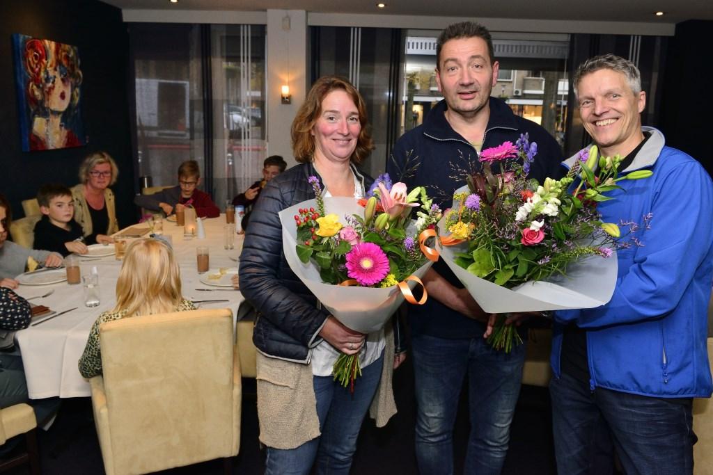 Karin Teulings (rechts) en Leon Spierings (rechts) krijgen de bloemen uit handen van Arrold van den Hurk, Leon Spierings en Albert Broks serveren de pannenkoeken Foto: Wil Feijen © DeMooiSonenBreugelKrant