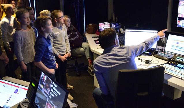 Roefelen in de regiekamer van Omroep Brabant    Fotonummer: 243039