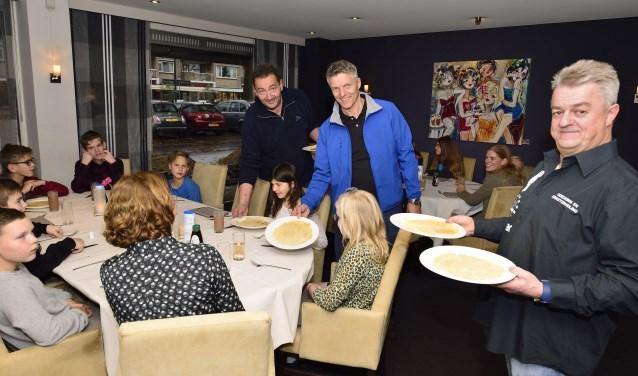 Arrold van den Hurk, Leon Spierings en Albert Broks serveren de pannenkoeken  | Fotonummer: 928f3b