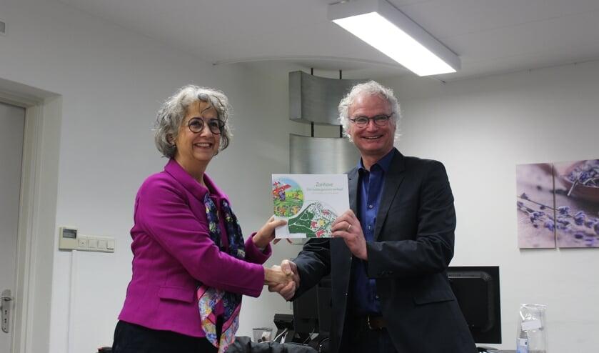 Wethouder John Frenken neemt het boek 'Zonhove – een buitengewoon verhaal' in ontvangst van Jody Cath   | Fotonummer: b527bc
