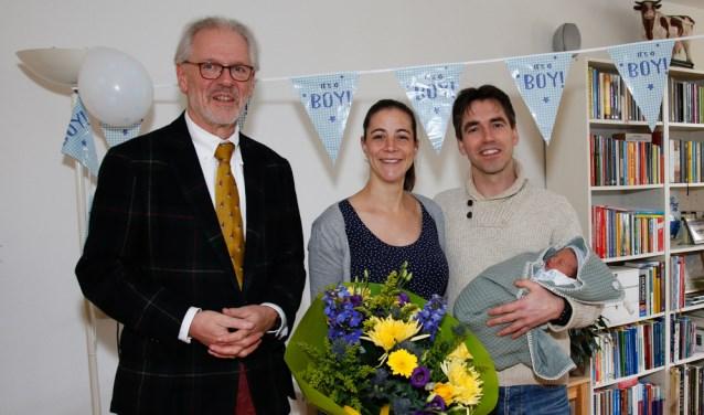Burgemeester Hans Gaillard samen met de trotse ouders Roos en Bram en baby Pim op de foto   | Fotonummer: aa2ef4
