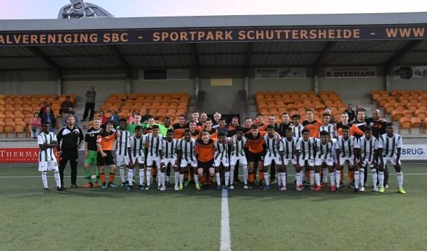 Spelers va Kickstart samen met SBC JO19-1 op de foto  | Fotonummer: 62f901