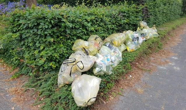 Zakken met plasticafval liggen nu nog los op straat, straks misschien verleden tijd in Son en Breugel   | Fotonummer: 1df15d