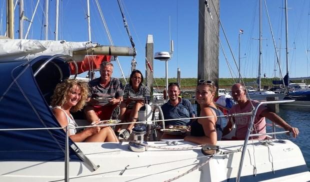 De familie Poppelaars op de boot tijdens het dagje zeilen rond Burghsluis    Fotonummer: c81852